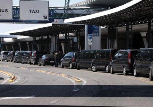 La polizia locale sequestra un'auto utilizzata abusivamente come NCC in aeroporto: multa al conducente